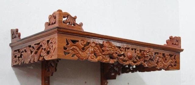 Bàn thờ treo tường chạm khắc rồng truyền thống